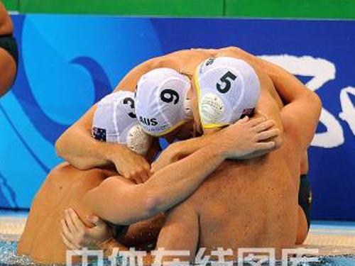 图文:男水排位赛澳大利亚险胜意大利 拥抱