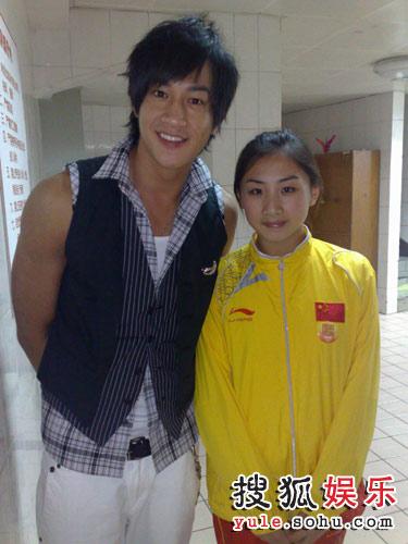 何润东和女子蹦床冠军何雯娜