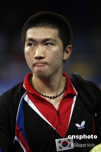 8月21日,北京奥运会乒乓球男子单打第三轮的比赛在北京大学体育馆进行,韩国名将柳承敏2:4不敌中国香港选手高礼泽,无缘下一轮比赛。 中新社发 盛佳鹏 摄