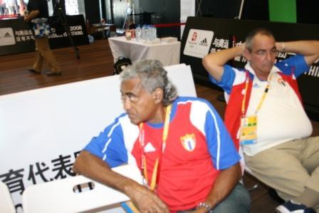 罗伯斯教练圣地亚哥(左)接受采访