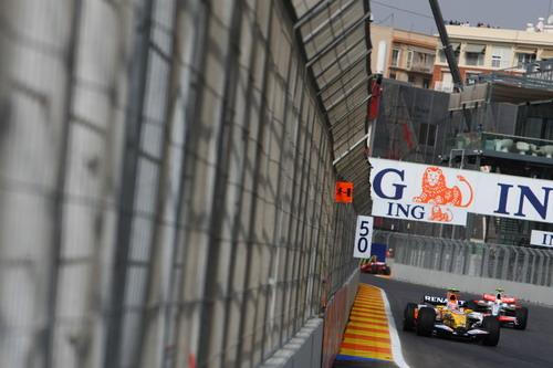 图文:F1欧洲站第一次练习 雷诺车队被追赶