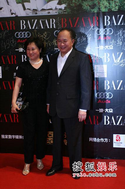 吴宇森夫妇走上红毯