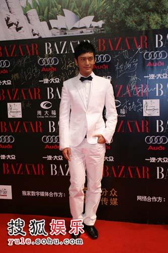 图:演员黄晓明白色西装走上红毯