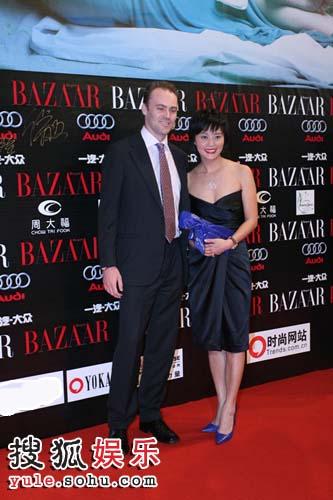 图:海博格先生和李红女士走过红毯