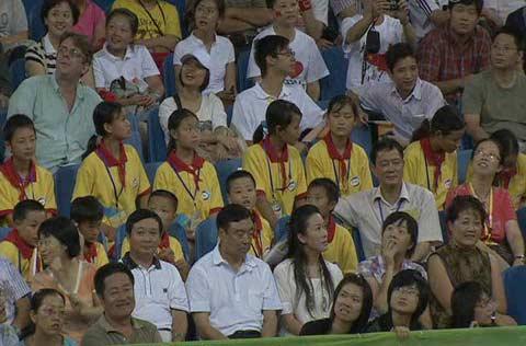 图文:四川灾区小朋友观看乒乓球女单决赛