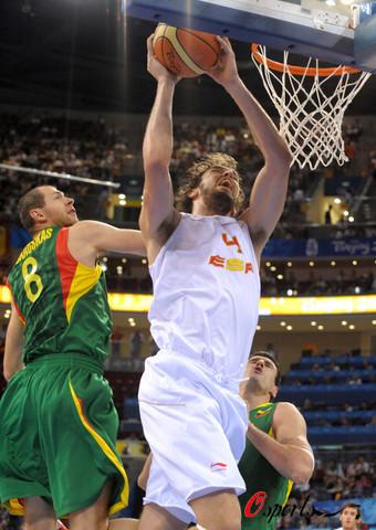 图文:半决赛西班牙VS立陶宛 持球扣篮