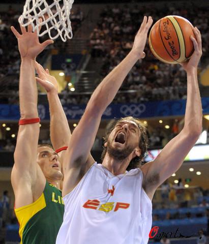 图文:半决赛西班牙VS立陶宛 强势上篮