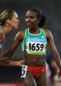 图文:女子5000米 克内内接受祝贺