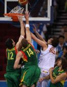 图文:半决赛西班牙VS立陶宛 加索尔突破上篮