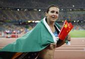 图文:女子跳远巴西选手夺金 身披国旗
