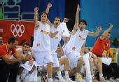 图文:男篮半决赛立陶宛VS西班牙 庆祝队友进球