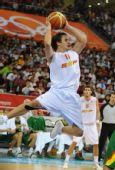 图文:男篮半决赛立陶宛VS西班牙 跃身传球