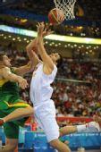 图文:男篮半决赛立陶宛VS西班牙 上篮受阻