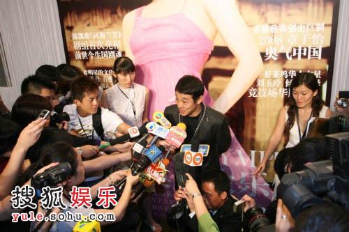 李连杰现身成为媒体焦点