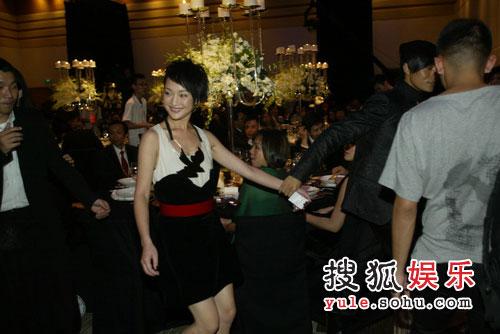 图:08芭莎慈善夜 周迅黑白礼服红腰带优雅亮相