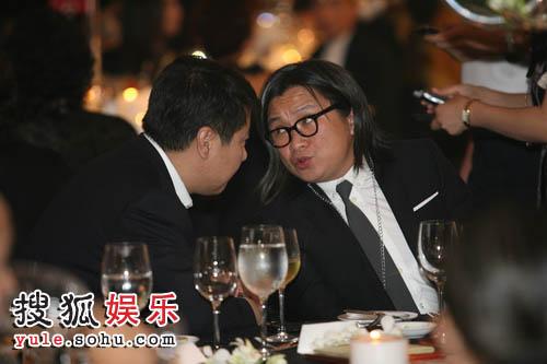 图:08芭莎慈善夜 导演陈可辛好像在商讨着什么