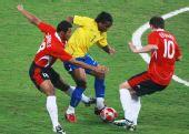 图文:巴西3-0比利时获铜牌 比利时球员围堵