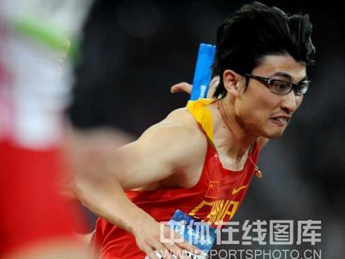 图文:男子4*100米接力中国队失误 不幸掉棒