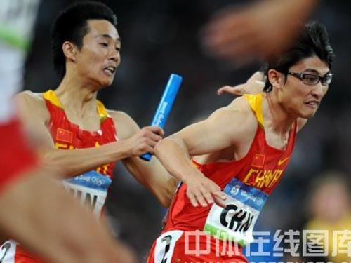 图文:男子4*100米接力中国队失误 交棒瞬间