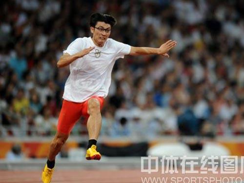 图文:男子4*100米接力中国队失误 奋力奔跑
