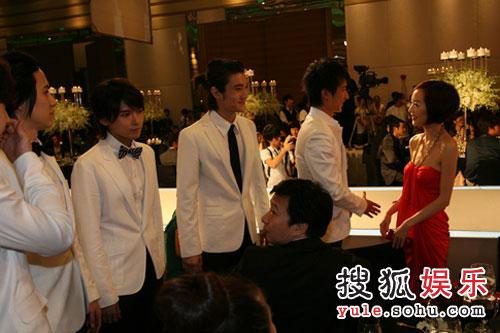 图:08芭莎慈善夜现场花絮 陈鲁豫与SJ成员