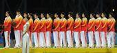 图文:曲棍球女子颁奖仪式 中国队球员上台领奖