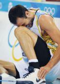 图文:男篮半决赛美国对阵阿根廷 吉诺比利受伤
