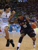 图文:男篮半决赛美国对阵阿根廷 安东尼带球突
