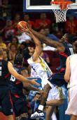 图文:男篮半决赛美国对阵阿根廷  霍华德防守