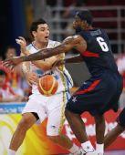 图文:男篮半决赛美国对阵阿根廷 詹姆斯在防守