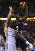 图文:男篮半决赛美国对阵阿根廷 詹姆斯上篮