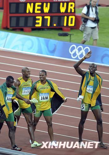 8月22日,牙买加队选手尤塞恩·博尔特(右)与队友在比赛后向观众致意。当日,牙买加队在北京奥运会男子4X100米接力决赛中以37秒10的成绩夺得金牌并打破世界纪录。 新华社记者戚恒摄