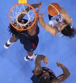 图文:男子半决赛美国战胜阿根廷 斯科拉上篮中