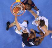图文:男子半决赛美国战胜阿根廷 在篮下拼抢