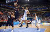 图文:男子半决赛美国战胜阿根廷 扣篮得手