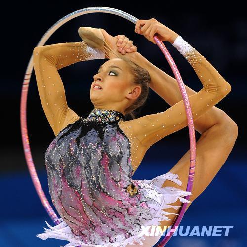 8月21日,俄罗斯选手叶夫根尼娅·卡纳耶娃在资格赛圈操比赛中。当日,北京奥运会艺术体操比赛在北京工业大学体育馆开赛,卡纳耶娃个人全能资格赛前两轮的比赛积分暂列第2位。新华社记者程敏摄