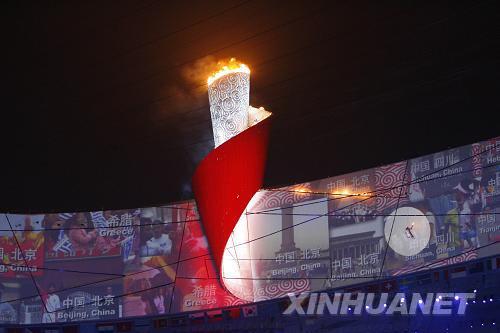8月8日,第29届夏季奥林匹克运动会在国家体育场隆重开幕。这是李宁点燃主火炬。新华社记者凡军摄