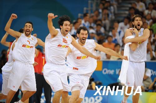 8月22日,西班牙球员欢庆胜利。 当日,在北京五棵松奥林匹克篮球馆进行的北京奥运会男篮半决赛中,西班牙队以91比86战胜立陶宛队,晋级决赛。新华社记者李俊东摄
