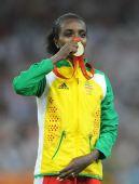图文:女子5000米颁奖仪式举行 台上亲吻金牌