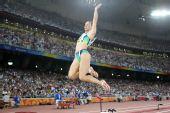 图文:女子跳远巴西选手夺金 伊加・马吉比赛中