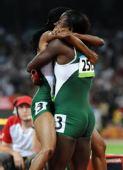 图文:女子4X100米接力赛况 比赛后拥抱庆祝