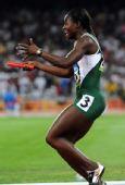图文:女子4X100接力赛况 奥萨约米在赛后庆祝
