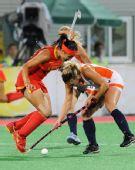 图文:女子曲棍球中国队获得亚军 任烨争抢当中
