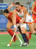 图文:女子曲棍球中国队获得亚军 宋清龄争抢中