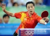 图文:女单决赛张怡宁成功卫冕 王楠回球中