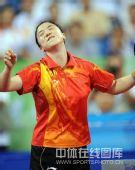 图文:女单决赛张怡宁成功卫冕 王楠很没法
