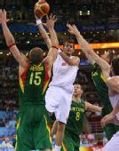 图文:男篮半决赛西班牙队晋级决赛 突破分球