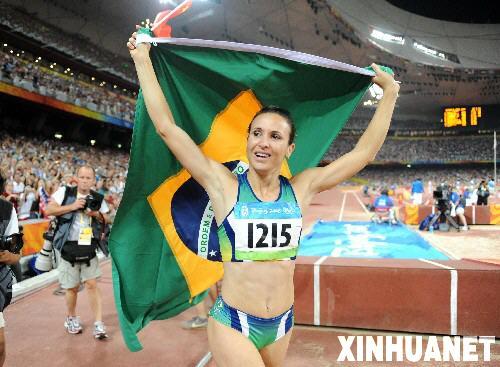 8月22日,巴西选手毛伦·伊加·马吉在比赛后庆祝。当日,马吉在北京奥运会女子跳远决赛中夺得金牌。 新华社记者焦卫平摄