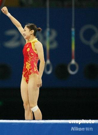 8月18日,中国选手何雯娜在北京奥运会女子蹦床比赛中以37.80分夺得冠军。 中新社发 武仲林 摄