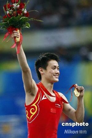 8月19日晚,中国选手陆春龙夺得北京奥运会男子蹦床金牌,为中国夺得本届奥运会第42枚金牌。 中新社发 盛佳鹏 摄